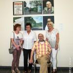 Pionierinnen der ersten Stunden mit ihrem Trainer Heinz Schweden vor den Triptychen der Multimediaausstellung von Guenther Bauer