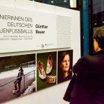 """Multimediaausstellung """" Pionierinnen des deutschen Frauenfussball"""" Ausstellungseröffnung durch Landrat Erich Pipa mit der ehemaligen Fußballnationalspielerin Pia Wunderlich und dem Fotografen Günther Bauer"""