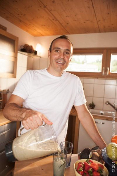 Der Ultratriathlet Stefan Chares ernaehrt sich ueberwiegend mit veganer Rohkost