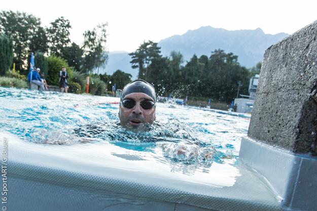Zum neunten Mal steigt Stefan als erster aus dem Becken